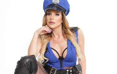 Jaclyn Taylor - The Policewoman Subdues The Thief With Her Hot Pussy